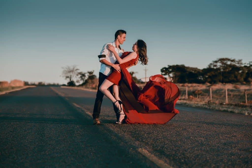 pareja bailando en la carretera