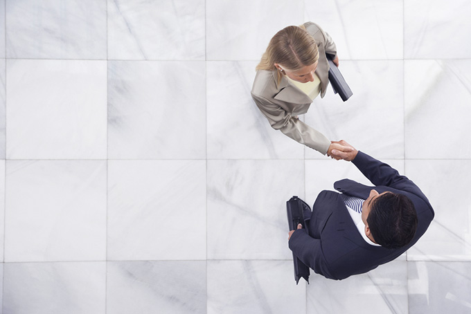 business meeting shacking hands impressione in inglese