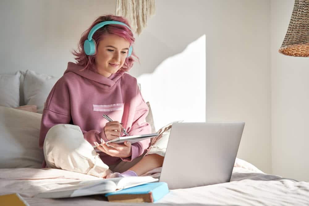 Mulher estudando inglês pelo computador